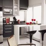 Se a cozinha é pequena use elementos condizentes com o seu espaço útil.