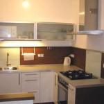 Cozinha em L decorada com muito estilo e sofisticação.