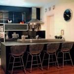 Cozinhas pequenas, bem planejadas comportam bastante objetos e não exigem muito espaço.