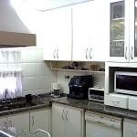 Cores claras e iluminação adequada deixa a cozinha pequena aconchegante.