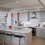 Acessórios coloridos na cozinha branca dão charme e requinte ao ambiente.