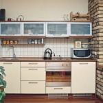 Eletrodomésticos embutidos ocupam menos espaço nas cozinhas pequenas.