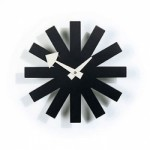 O preto destaca-se na decoração, e o ponteiro em formato de coração deixa o relógio mais charmoso.