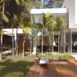 Casa projetada com setenta por cento de vidro na fachada.