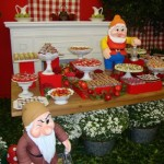 Mesa decorada com vários tipos de doces.