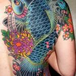 Tatuagem de carpa com flores. (Foto: divulgação)