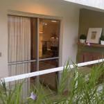 Prateleira suspensa para acessórios e plantas ocupa menos espaço na varanda pequena .