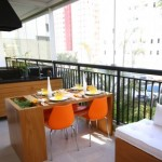 Se o objetivo for uma varanda para refeições, escolha móveis pequenos e adaptáveis.