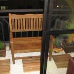 Móveis e revestimentos em madeira são um charme a mais na decoração da varanda.