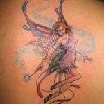 Tatuagem com expressão sensual nas costas.