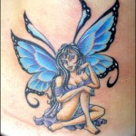 Essa tatuagem foi feita em tons de azul e preto.