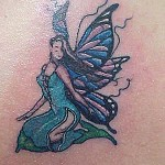 Na versão clássica as fadas tem asas de libélulas nas costas e utilizam de uma varinha de condão para realizar desejos.