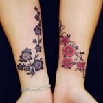 Ramo iguais de flores nos pilsos com cores diferentes.