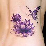 Flores e borboleta na mesma cor tatuadas no corpo.