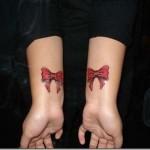 Laços  vermelhos nos pulsos, delicados e sensuais.
