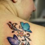 Tatuagem feminina perfeita nos traços e nas cores.