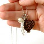 Basta um pequenino detalhe na bijuteria para fazer a diferença.