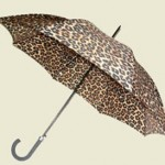 Até nos dias chuvosos da para andar na moda com as sombrinhas com animal print.