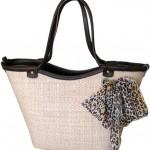 Bolsa de palha com detalhe exclusivo para mulheres mais discretas, mas que não abrem mão de ter animal print no seu look.