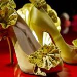 Um sapato, uma flor extravagante é o que há de mais moderno em matéria de calçados. (Foto: divulgação)
