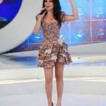 Mesmo com vestidos curtos Paula não abre mão de usar a cintura bem marcada. (Foto: divulgação)