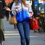 Usando boné, jaqueta, calça jeans e tênis, Lana fica bem a vontade para andar nas ruas. (Foto: divulgação)