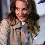 Lana veste camisa branca e um casaco claro, no dia a dia, com muita elegância e sofisticação. (Foto: divulgação)