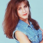Jenniver usava cabelos castanhos e franjinha em 92. (Foto: divulgação)