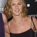 Jennifer sempre estilosa com cabelos curtos e make discreta. (Foto: divulgação)