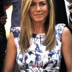 Jennifer usa vestido estampado e cabelos com brilho platinado (Foto: divulgação)