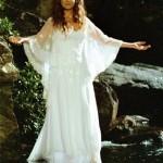 """Patricia Pillar com os cabelos crespos e longos, usa vestido solto para o filme """"Pequenas Histórias"""""""