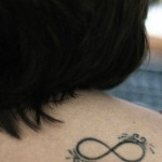 As tatuagens de infinito, representadas com o ∞, são uma noção quase númérica, vastamente utilizada na Matemática, Filosofia e Teologia. (Foto: divulgação)