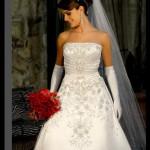 Muitas noivas não abrem mão de usar em seu casamento o tradicional vestido tomara-que-caia. (Foto: divulgação)