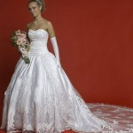 O vestido tomara que caia com calda proporciona a noiva um ar mais romântico. (Foto: divulgação)