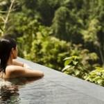 A piscina com borda infinita permite relaxar e se aventurar.