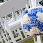 Cadeiras decoradas para o casamento.