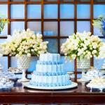 Mesa principal com acabamento em azul.