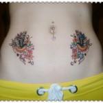 Tatuagem colorida feminina na barriga. (Foto: divulgação)