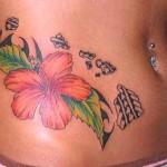 Tatuagem de hibisco com folhas verdes na barriga. (Foto: divulgação)