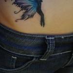 Tatuagem feminina de fada na barriga. (Foto: divulgação)