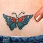 Tatuagem de borboleta colorida na barriga.( Foto: divulgação)