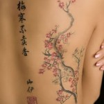 Algumas mulheres preferem tatuagens mais delicadas com flores. (Foto: divulgação)