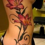 Tatuagem feminina de lírios nas costelas. (Foto: divulgação)