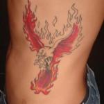Águia em chamas tatuada nas costelas. (Foto: divulgação)
