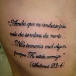 Tatuagem do Salmo 23 nas costelas. (Foto: divulgação)