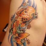 Tatuagem colorida de peixe nas costelas. (Foto: divulgação)