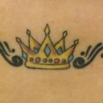 A tatuagem de coroa ode ser bem delicada e pequena. (Foto: divulgação)