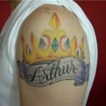 Tatuagem de coroa presta uma homenagem ao Rei Arthur. (Foto: divulgação)
