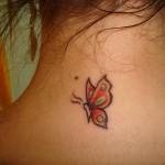 As tatuagens no pescoço são quase imperceptiveis se cobertas pelos cabelos ou blusa de gola alta. (Foto: divulgação)