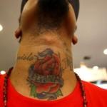 Os homens fazem tatuagens maiores no pescoço. (Foto: divulgação)